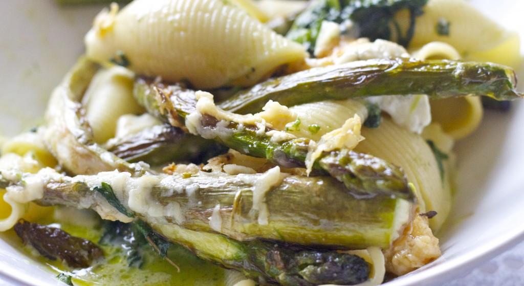 Szparagowe muszelki w sosie gorgonzola runforest.pl blog o stylu życia