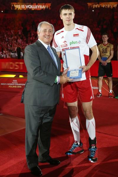 Dr. Ary S. Graça F° - FIVB President (left) with Mariusz Wlazly (POL) MVP